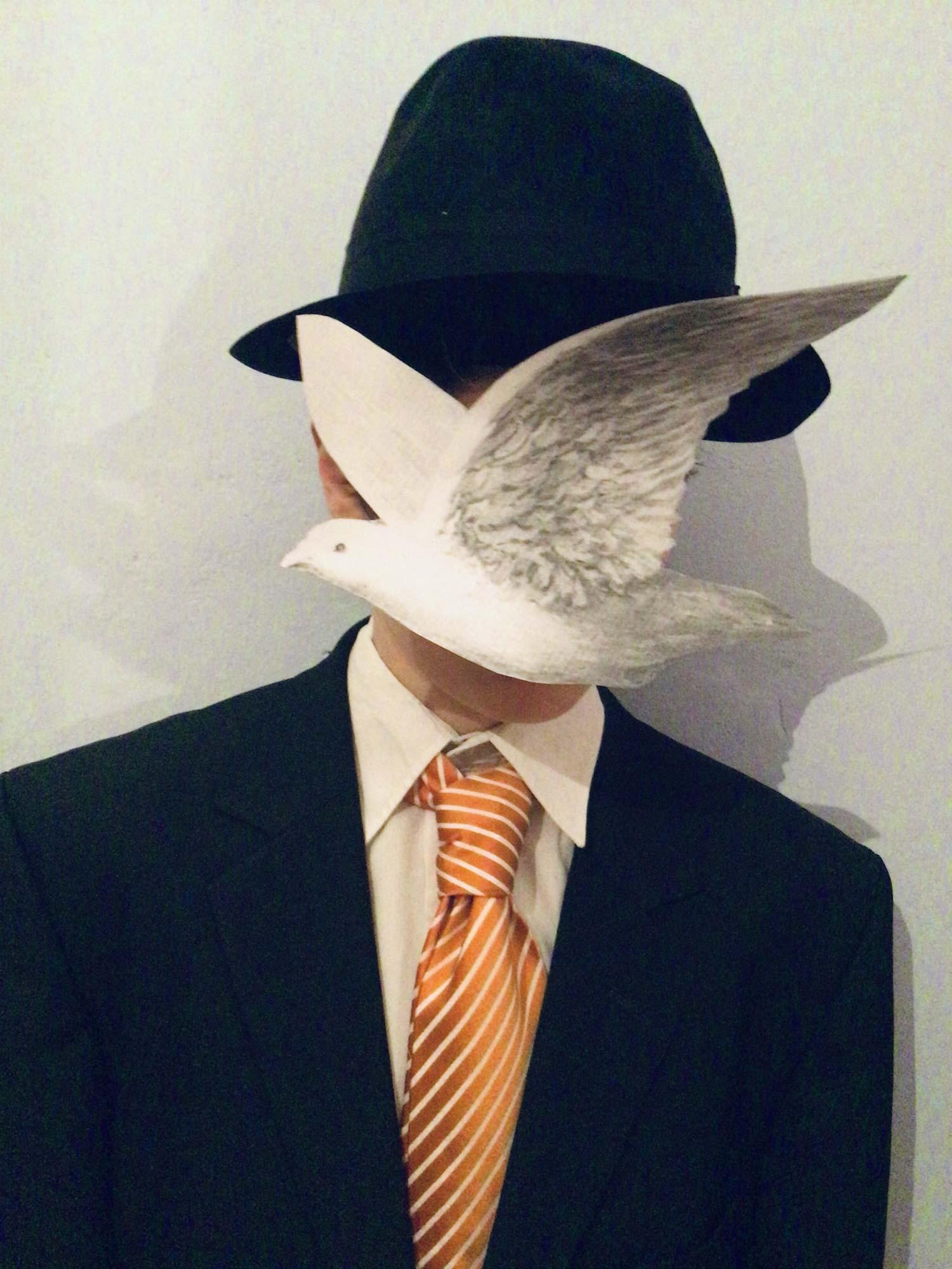 """Schüler 5. Jahrgang stellte das Gemälde von Magritte """"Mann mit Melone"""" nach https://www.rene-magritte.com/man-in-a-bowler-hat/"""